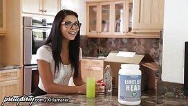 Seorang cerita lucah chat gadis dengan mewah yang besar dapur dengan remaja.