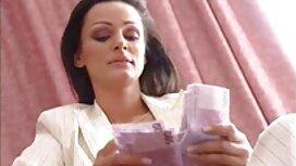 Wanita cantik di stoking, kaki, jari-jari, novel lucah wattpad dan dua lubang di atas meja dengan timun