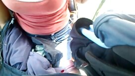 Duduk cerita lucah dalam kereta di kursi, di dalam mobil, berpose untuk kamera