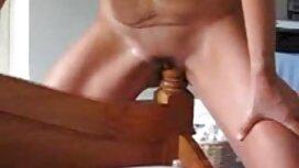 Si rambut coklat yang cerita seks makcik menarik menyala oleh kecil dan hitam