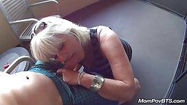 Wanita cerita lucah seks yang matang membuat cinta dengan seorang tetangga, di sofa.